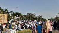 Warga yang datang di acara Maulid Nabi mayoritas menggunakan pakaian berwarna putih dan berpeci bagi kaum laki-laki. (Foto: Merdeka.com)