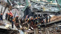 Petugas mencari korban yang tertimbun bangunan yang roboh di Kolombo, Sri Lanka, Kamis (18/5). Penyebab robohnya bangunan masih dalam tahap penyelidikan. (AFP/Ishara S. KODIKARA)