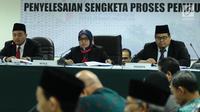 Ketua Sidang Ratna Dewi Petalolo (tengah) membacakan putusan sidang adjudikasi penyelesaian sengketa proses pemilu di Jakarta, Senin (15/1). Sidang menolak gugatan tiga pemohon yaitu Partai Idaman, PIKA, dan PPPI. (Liputan6.com/Helmi Fithriansyah)