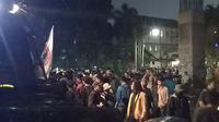 Mahasiswa saat berada di belakang gedung DPR. (Merdeka.com)