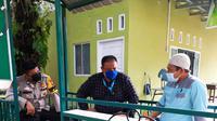 Personel Polsek Tampan berbincang dengan pengurus yayasan pesantren yang gurunya keracunan makanan. (Liputan6.com/M Syukur)