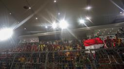 Suporter Selangor FA mengibarkan bendera Indonesia saat melawan Kuala Lumpur FA pada laga Liga Super Malaysia di Stadion Kuala Lumpur, Cheras, Minggu (4/2/2018). Kuala Lumpur FA kalah 0-2 dari Selangor FA. (Bola.com/Vitalis Yogi Trisna)