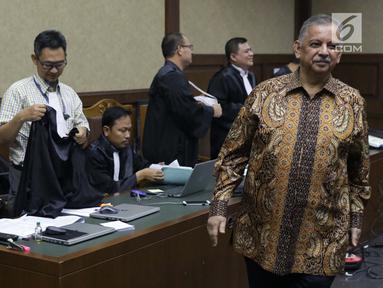 Mantan Dirut PLN, Sofyan Basir saat jeda menjadi saksi pada sidang lanjutan dugaan suap/gratifikasi terkait kerja sama jasa pelayaran dengan terdakwa Bowo Sidik Pangarso di Pengadilan Tipikor, Jakarta, Rabu (25/9/2019). Sidang beragendakan keterangan saksi. (Liputan6.com/Helmi Fithriansyah)