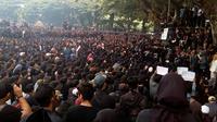 Ribuan massa gabungan dari berbagai organisasi berunjuk rasa di Alun - alun Tugu Malang menolak berbagai regulasi yang dinilai tidak berpihak pada rakyat (Liputan6.com/Zainul Arifin)