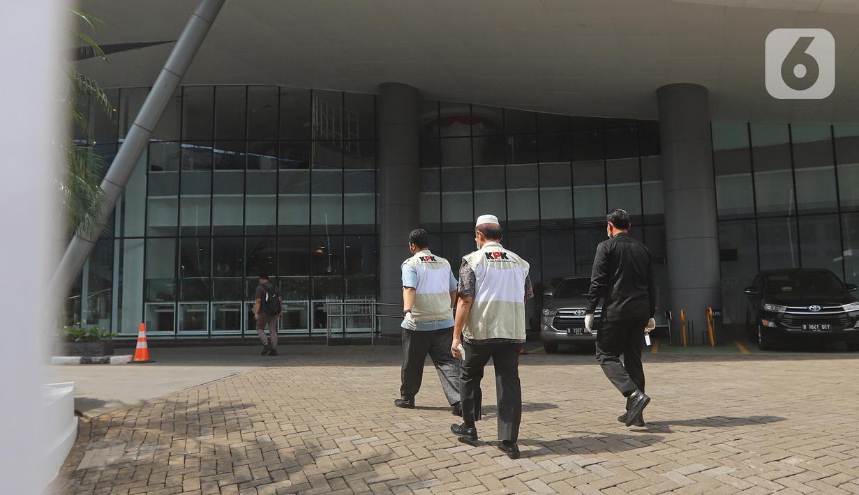 Penyidik KPK memasuki Kantor Mina Bahari IV Kementerian Kelautan dan Perikanan (KKP) di Jakarta, Jumat (27/11/2020). KPK melakukan penggeledahan usai ditangkapnya mantan Menteri Kelautan dan Perikanan Edhy Prabowo bersama enam tersangka lainnya. (Liputan6.com/Herman Zakharia)