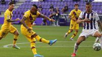 Pemain Barcelona, Arturo Vidal, mencetak gol ke gawang Real Valladolid pada laga La Liga di Stadion Jose Zorrilla, Sabtu (11/7/2020). Barcelona menang 1-0 atas Real Valladolid. (AP Photo/Manu Fernandez)