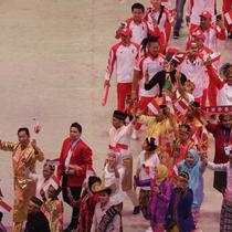 Kontingen Indonesia memasuki panggung opening ceremony di Philippine Arena. Mereka mengenakan pakaian adat Indonesia. (Mohammed Iqbal Ichsan)