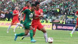Pemain Persebaya, Irfan Jaya, berebut bola dengan pemain Persija, Altaf Fater pada laga final di Stadion Gelora Delta, Sidoarjo, Kamis (20/2). (Bola.com/Aditya Wany)