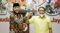 Menteri Pemuda dan Olahraga (Menpora) Zainudin Amali bersama Ketua Umum PSSI Mochamad Iriawan memberikan keterangan pers kepada wartawan terkait persiapan penyelenggaraan Piala Dunia U-20 2021 di Media Center Kemenpora, Jakarta, Jumat (3/7).