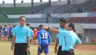 Pelatih Kepala Sulut United Ricky Nelson memberikan instruksi kepada dua asisten pelatih Leo Soputan dan Purwanto di Stadion Klabat Manado, beberapa waktu lalu.