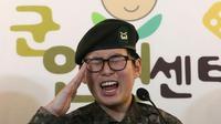 Tentara Korea Selatan Byun Hui-Soo memberi hormat saat konferensi pers di Pusat Hak Asasi Manusia Militer di Seoul, Korea Selatan, Rabu (22/1/2020). (source: AP Photo/Ahn Young-joon)