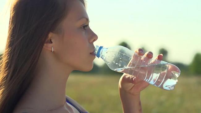 Saatnya lebih bijak menggunakan botol plastik./Copyright shutterstock.com