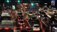 Kendaraan pemudik antre memasuki Gerbang Tol Colomadu, Karanganyar, Jawa Tengah, Sabtu (8/6/2019). Pada arus balik yang diperkiraan pada H+3 dan H+4 Lebaran, sejumlah titik di ruas tol Trans Jawa mulai dipadati kendaraan pemudik yang akan kembali ke Jakarta. (merdeka.com/Iqbal S Nugroho)