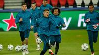 Pemain Real Madrid, Cristiano Ronaldo menendang bola saat sesi latihan di Stadion Parc des Princes, Paris, Prancis, Senin (5/3). Real Madrid akan menghadapi Paris Saint Germain (PSG) pada leg kedua babak 16 besar Liga Champions. (AP Photo/Thibault Camus)