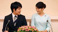Putri sulung Pangeran Akishino, Putri Mako dan kekasihnya, Kei Komuro saling bertatapan saat mengumumkan pertunangannya di Tokyo, Jepang, (3/9). Kei Komuro merupakan eorang pria dari kalangan rakyat biasa. (AFP Photo/Pool/Shizuo Kambayashi)