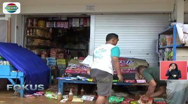 Toko-toko di sekitar alun-alun Kota Pacitan masih ditutup karena banyak material lumpur sisa genangan banjir.