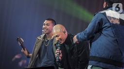 """Marcell berduet dengan RAN dalam konser """" Marcell Tujuh Belas"""" di Balai Sarbini, Jakarta, Jumat (18/10/2019). Dalam penampilannya mereka membawakan lagu hitsnya yaitu candu asmara dan pandangan pertama. (Liputan6.com/Faizal Fanani)"""