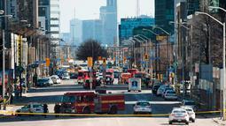 Kendaraan layanan darurat di lokasi sebuah van yang menabrak para pejalan kaki di pinggiran utara Toronto, Kanada, Senin (23/4). Saat itu, kerumunan pekerja kantoran sedang berjalan untuk istirahat makan siang. (Nathan Denette/The Canadian Press via AP)