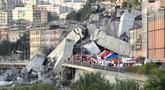 Tim penyelamat dikerahkan ke lokasi ambruknya jembatan jalan raya Morandi di Genoa, Italia, Selasa (14/8). Jembatan layang Morandi yang menghubungkan Italia dengan Prancis runtuh tak lama setelah badai menerjang kota itu. (Luca Zennaro/ANSA via AP)