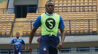 Victor Igbonefo menjalani latihan perdana bersama Persib Bandung di Stadion Gelora Bandung Lautan Api, Selasa (22/1/2020). (Liputan6.com/Huyogo Simbolon)