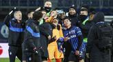 Para pemain Atalanta merayakan kemenangan atas Lazio pada laga Coppa Italia di Stadion Gewiss, Rabu (27/1/2021). Atalanta menang dengan skor 3-2. (Stefano Nicoli/LaPresse via AP)