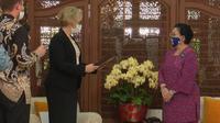 Presiden ke-5 RI Megawati Soekarnoputri menerima Bintang Jasa Negara untuk Persahabatan (State Order of Friendship) dari Republik Federasi Rusia. (Foto: istimewa)