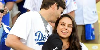 Tinggal 6 minggu lagi menjalani proses lahiran anak ke-2 nya, Mila Kunis terlihat sedang berbelanja ditemani suaminya, Ashton Kutcher. (AFP/Bintang.com)