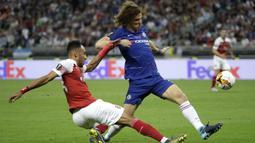 Bek Chelsea, David Luiz, berebut bola dengan striker Arsenal, Pierre-Emerick Aubameyang, pada laga final Liga Eropa di Baku Olympic Stadium, Kamis (30/5) dini hari WIB. Chelsea menang 4-1 atas Arsenal. (AP Photo/Luca Bruno)