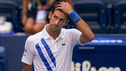 Novak Djokovic Didiskualifikasi dari AS Terbuka 2020: Reaksi petenis Serbia, Novak Djokovic setelah tidak sengaja memukulkan bola ke hakim garis saat kehilangan poin dari Pablo Carreno Busta (Spanyol) pada putaran keempat US Open 2020, di Flushing Meadows, Minggu (6/9/2020). (AP Photo/Seth Wenig)