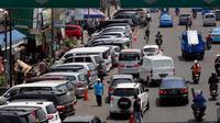Minimnya lahan parkir di kawasan tersebut menjadi alasan utama para pengendara ini memarkirkan kendaraannya di bahu jalan, Senin (22/9/2014) (Liputan6.com/Johan Tallo)