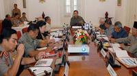 Presiden Susilo Bambang Yudhoyono memimpin rapat terbatas dengan sejumlah Menteri Kabinet Indonesia Bersatu di Istana Bogor, Jabar. Ratas tersebut membahas soal penanganan bencana gempa bumi.(Antara)