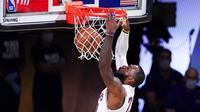 Pebasket Los Angeles Lakers, LeBron James, memasukkan bola saat melawan Houston Rockets pada gim kelima semifinal wilayah barat, Minggu (13/9/2020). Lakers menang dengan skor 119-96. (AP Photo/Mark J. Terrill)