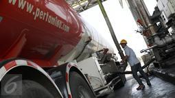 Petugas  mengisikan distribusi BBM ke tangki kendaraan di Terminal Bahan Bakar Minyak (TBBM) Plumpang Jakarta,(21/5). TBBM Plumpang merupakan distributor minyak satu-satunya yang meliputi kawasan Jabodetabek dan sukabumi. (Liputan6.com/Helmi Afandi)