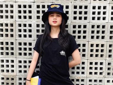 Gaya casual Tissa Biani dengan kaus berwarna hitam ini ia padupadankan dengan sebuah topi berwarna senada. Meski berpenampilan menggunakan busana gelap, akan tetapi penampilannya ini tetap terlihat manis. (Liputan6.com/IG/@tissabiani)