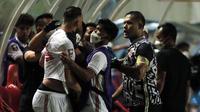 Striker Persija Jakarta, Marko Simic terlihat bersitegang dengan penjaga gawang sekaligus kapten Persija Jakarta, Andritany usai pertandingan semifinal leg pertama melawan PSM Makassar di Stadion Maguwoharjo, Sleman, Kamis (15/4/2021). (Foto: Bola.com/Ikhwan Yanuar)