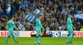 Para pemain Barcelona tampak kecewa usai ditahan imbang Real Sociedad pada laga La Liga di Stadion Anoeta, San Sebastian, Sabtu (14/12). Kedua klub bermain imbang 2-2. (AFP/Ander Gillenea)