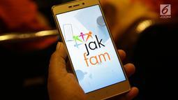 Warga menggunakan ponsel pintar saat mengoperasikan aplikasi Pendataan Keluarga Online di Gedung Manggala Wanabakti, Jakarta, Rabu (26/9). Aplikasi pendataan online tersebut diluncurkan langsung oleh Gubernur DKI Anies Baswedan. (Merdeka.com/Imam Buhori)
