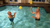 Orang tua lebih rentan jatuh. Ini disebabkan keseimbangan yang terbatas dan kurang stabil. Ini bisa ditingkatkan dengan latihan menangkap.