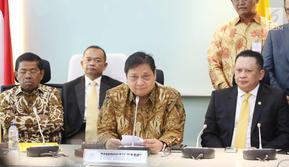 Ketum Partai Golkar Airlangga Hartarto (tengah) bersama Bambang Soesatyo (kiri) dan sekjen Golkar saat memberikan keterangan perihal ketua DPR RI di Gedung DPR, Jakarta, Senin (15/1).(Www.sulawesita.com)