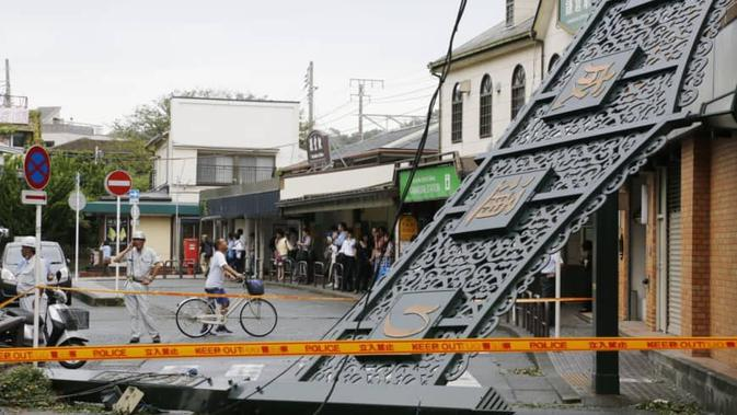 Papan nama di dekat Stasiun Kamakura runtuh pada Senin pagi (10/9/2019) setelah Topan Faxai menyerang daerah Kanto. (Kyodo News Agency)