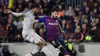 Aksi Luis Suarez saat dihadang Joel Matip pada leg 1, babak semifinal Liga Champions yang berlangsung di Stadion Camp Nou, Barcelona, Kamis (2/5). Barcelona menang 3-0 atas Liverpool. (AFP/Javier Soriano)
