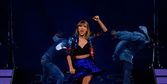 Pemberitaan soal Taylor Swift tak kunjung usai. Seperti yang diberitakan majalah OK, dikabarkan bahwa Taylor Swift Hamil. Terlihat dengan perut besarnya saat difoto untuk cover majalah OK. (AFP/Bintang.com)
