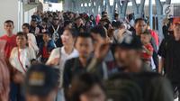 Pemudik berjalan menuju pintu kedatangan di Stasiun Pasar Senen, Jakarta, Sabtu (8/6/2019). Volume penumpang arus balik melalui moda transportasi kereta api  di stasiun Stasiun Senen mengalami lonjakan pada H+3 Lebaran. (merdeka.com/Imam Buhori)