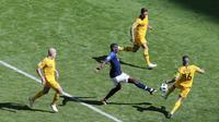 Gelandang Prancis, Paul Pogba, berusaha melewati pemain Australia pada laga Piala Dunia di Kazan Arena, Sabtu (16/6/2018). Prancis menang 2-1 atas Australia. (AP/Hassan Ammar)