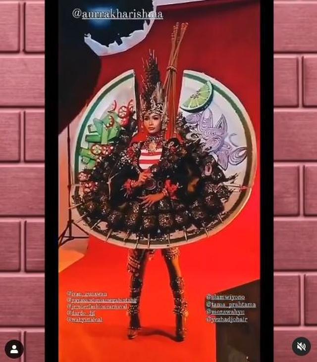 Kostum satai rancangan tim Jember Fashion Carnaval. (dok. Instagram @jemberfashioncarnaval/https://www.instagram.com/p/CLgOJGCnWsZ/Dinny Mutiah)
