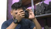 Fotografer Dwi Apriyanto harus mengistirahatkan kameranya selama pandemi, terutama di saat lockdown. Meski tak bisa bekerja, dia pantang menyerah dan tetap berusaha dengan menjual angkringan. (Foto: Liputan6.com)