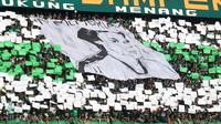 Bonek membentangkan spanduk bergambar legenda Persebaya, Eri Irianto, dalam pertandingan leg pertama semifinal Piala Presiden 2019 di Stadion Gelora Bung Tomo, Surabaya, Rabu (3/4/2019). Persebaya menang 1-0 atas Madura United dalam laga itu. (Bola.com/Aditya Wany)