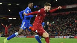 Bek Liverpool, Robertson melepaskan umpan pada laga lanjutan Premier League yang berlangsung di stadion Anfield, Liverpool, Kamis (31/1). Liverpool imbang 1-1 kontra Leicester City. (AFP/Paul Ellis)