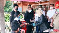 Menteri Sosial (Mensos) Tri Rismaharini memberikan santunan bagi keluarga korban bencana alam di Sulut.