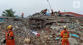 Anjing polisi K-9 mengendus bangunan yang runtuh akibat gempa bumi saat proses pencarian korban di Rumah Sakit Mitra Manakarra di Mamuju, Minggu (17/1/2021). Polri mengerahkan enam ekor K-9 untuk membantu menangani dampak gempa di Majene dan Mamuju, Sulawesi Barat. (Liputan6.com/Abdul Rajab Umar)